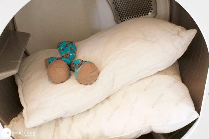 El Truco definitivo para eliminar el color amarillento de las almohadas y devolverles el blanco original