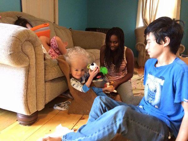 Una pareja salva a este niño enfermo después de haber sido abandonado nada más nacer