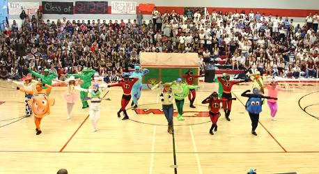 El increíble baile de secundaria inspirado en Pixar que la mismísima NBA contrató para actuar en su partido