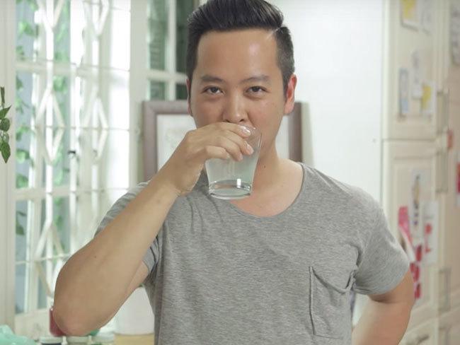 Un hombre se traga en directo la bolsa biodegradable que inventó para tratar de demostrar que era inofensiva