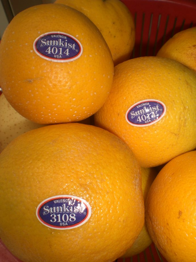 4 Secretos que muy pocas personas conocen sobre las pegatinas que llevan las frutas
