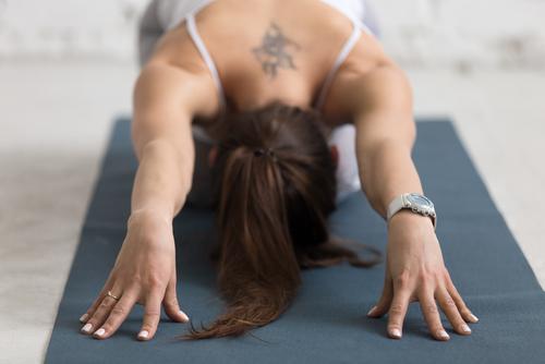 El sencillo ejercicio que puedes practicar en casa para aliviar y combatir el dolor de espalda