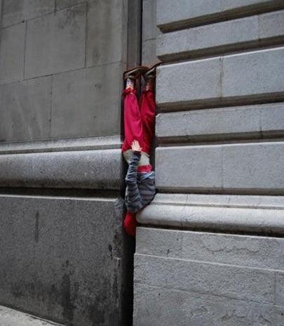 15 Divertidos niños que acabaron con la cabeza atascada en los peores lugares que puedas esperar