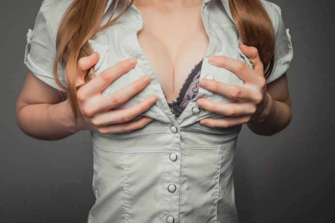 mirar los pechos de las mujeres podria alargar la vida de los hombres 01
