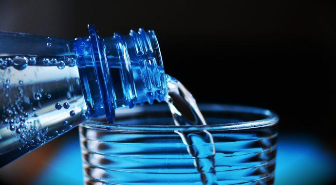 Por qué rellenar una botella de plástico equivale a beber agua del inodoro
