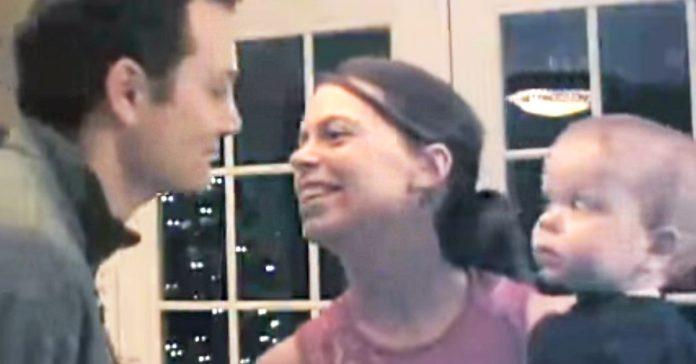 reaccion bebe cuando su padre le da un beso a la madre banner