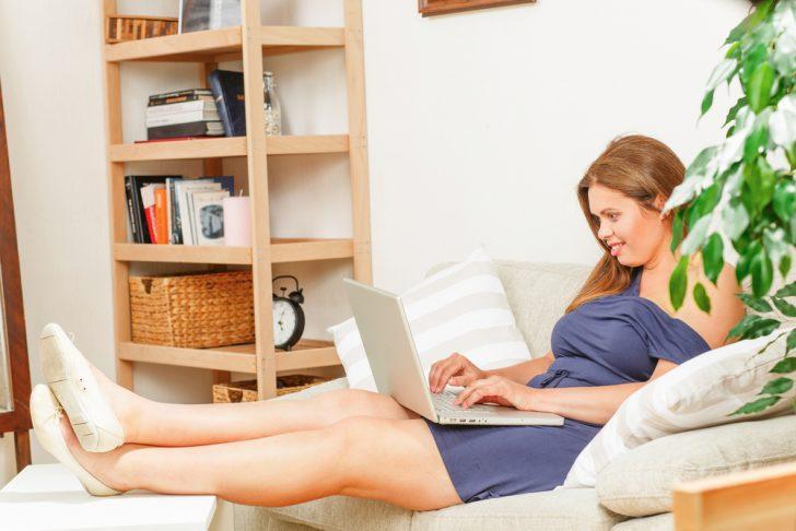 sofa mujer ordenador