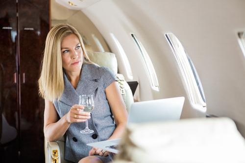 los asistentes de vuelo revelan los secretos que los pasajeros no conocen alcohol avion
