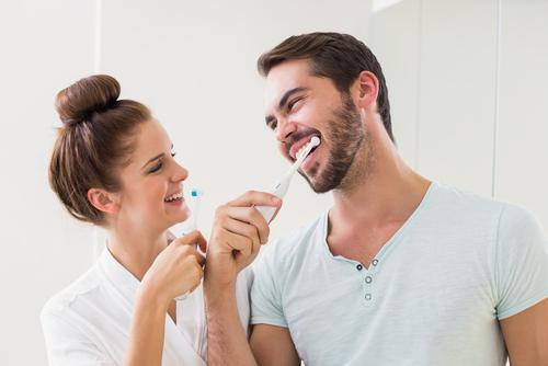senales poco romanticas que indican que estas con la persona adecuada cepillo dientes