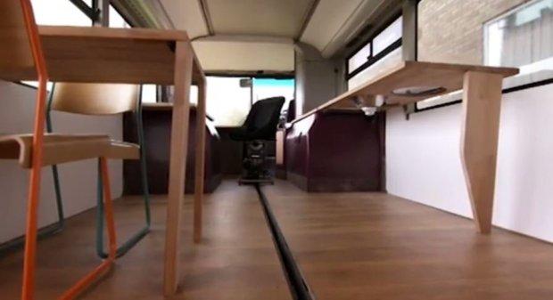 """BusHouse: La casa rodante de una familia que transformó un autobús viejo en una """"mansión"""" de 3 habitaciones"""