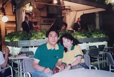 Una mujer por fin averigua por qué su padre ha llevado la misma camiseta durante más de 20 años gracias a una fotografía