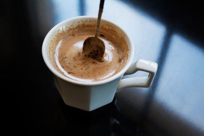 lo que realmente le pasa a tu cuerpo si bebes 3 tazas de cafe al dia 02