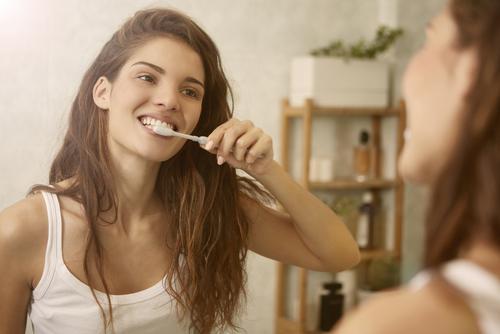 4 Cosas que deberíamos tener en cuenta al lavarnos los dientes para que no se estropeen con el tiempo