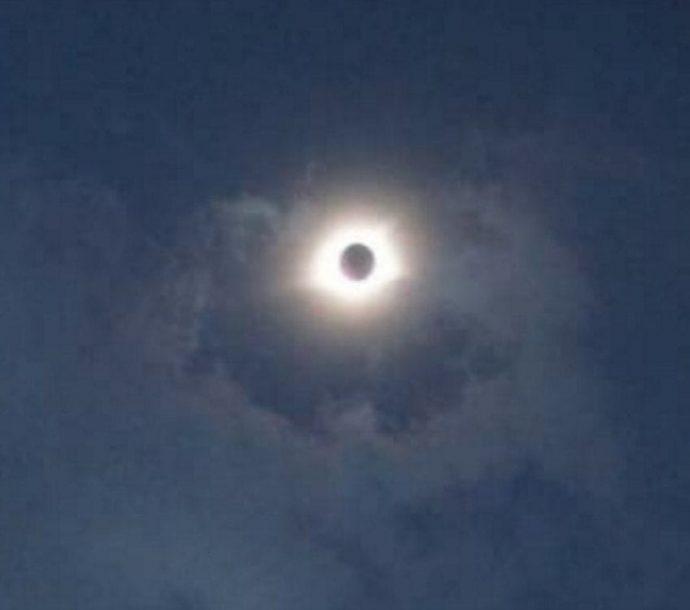 Un hombre captura una sombra tras la luna en el último eclipse solar y cada cual ve una figura distinta