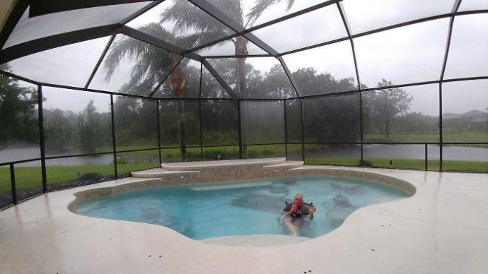 16 Fotografías que muestran que a pesar del desastre del Huracán Irma, la vida es mejor con humor