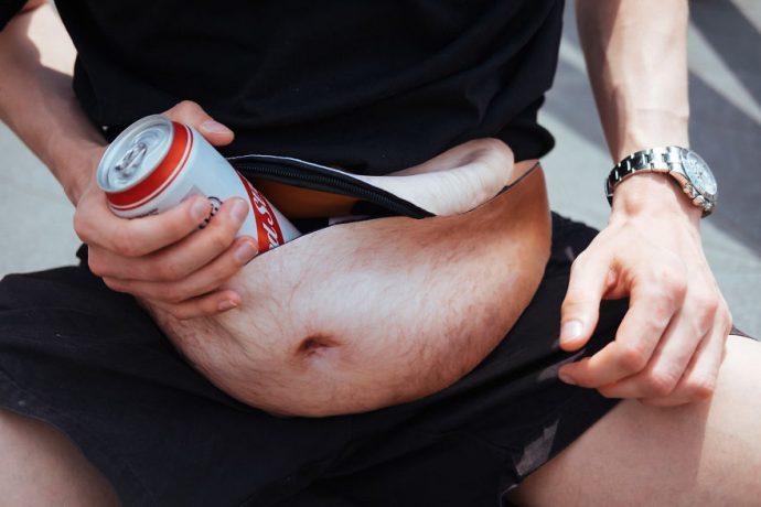 DadBag, el invento de moda para que los hombres puedan disfrutar de la barriga cervecera