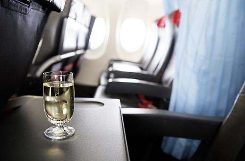 las cosas que nunca deberias hacer en un avion alcohol
