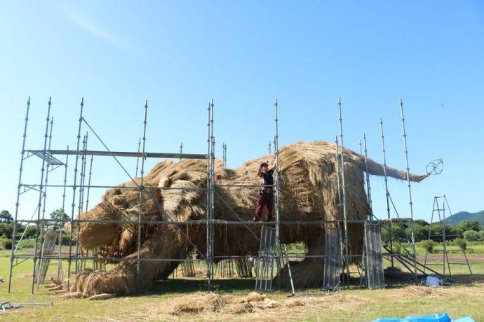 12 Imágenes de Animales Gigantescos hechos con paja en Japón que han provocado la confusión en redes
