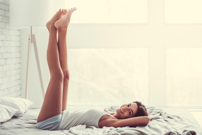 piernas arriba mujer cama