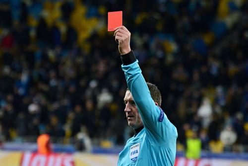 por que se usa la tarjeta roja para expulsar a alguien por que no otro color 182423