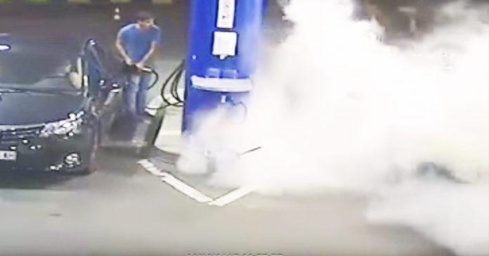 un gasolinero rocia con un extintor a un cliente de arriba abajo para apagarle el cigarrillo banner