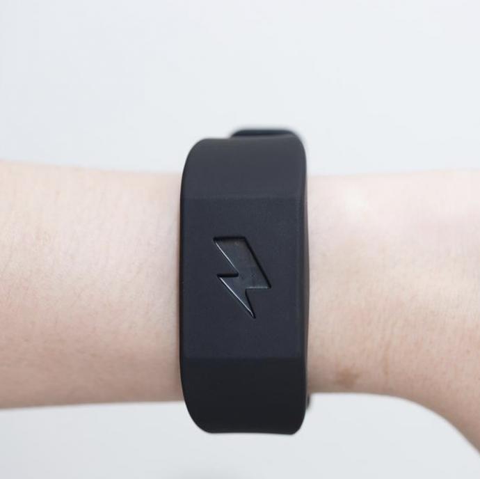 Pavlok, la pulsera que te da descargas eléctricas cuando entras a una tienda a comprar