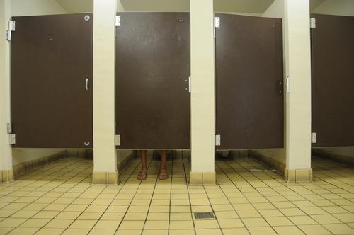 3 Cosas que deberíamos hacer en un baño público para evitar pillar una infección
