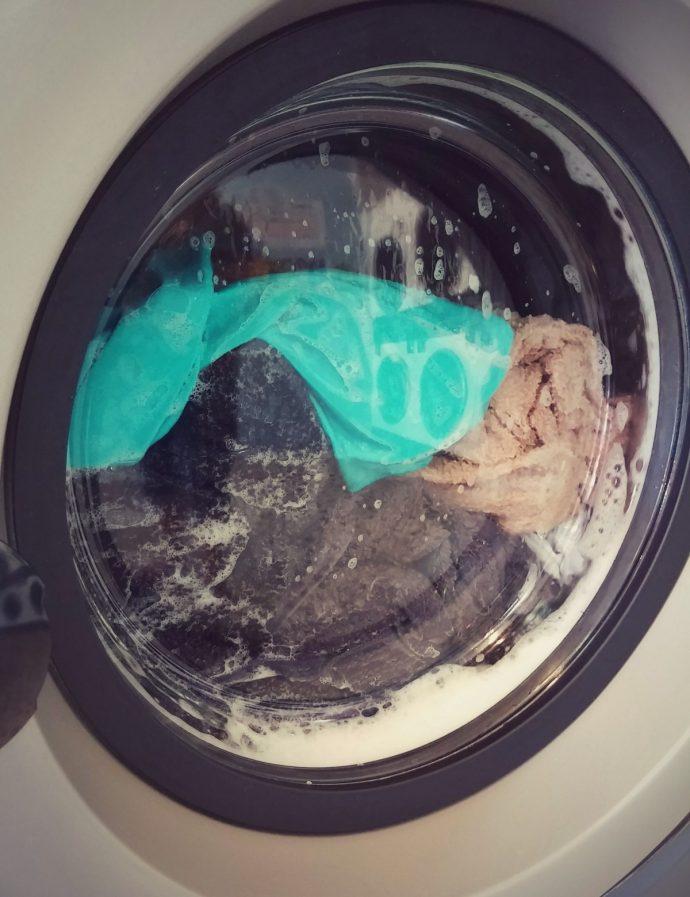 10 Trucos infalibles para dejar la ropa como nueva usando un cazo de vinagre