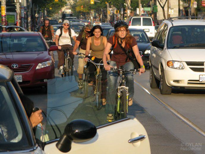Dooring, el extraño truco de los holandeses para abrir la puerta del coche sin acabar con la vida de los ciclistas