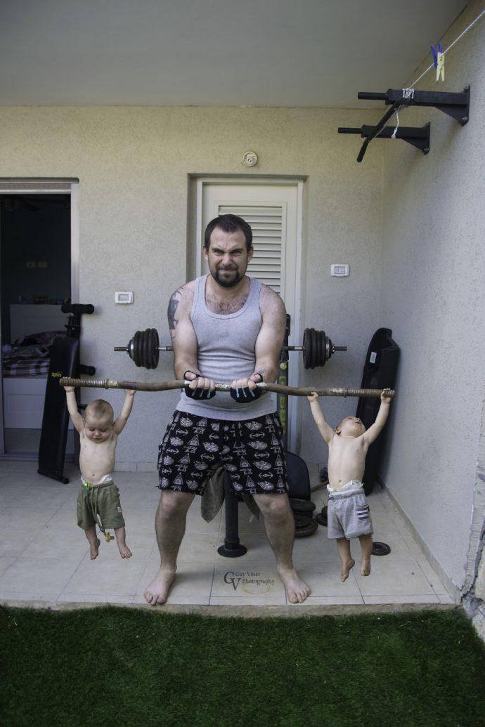 20 Divertidas imágenes de los gemelos que no se arrepienten de tener al padre más creativo del mundo