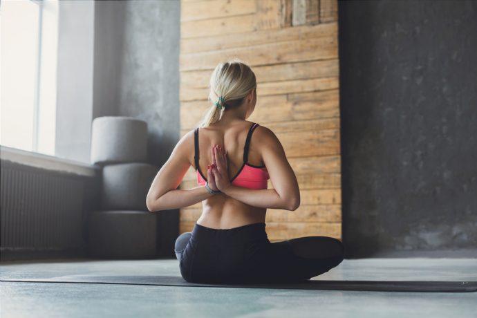 hombros escapulas estirar ejercicio