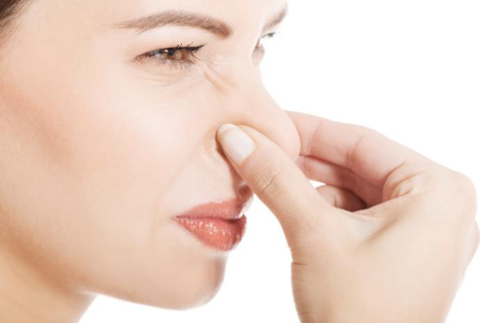 4 Trucos para evitar oler mal cuando salimos de casa sin echarnos desodorante
