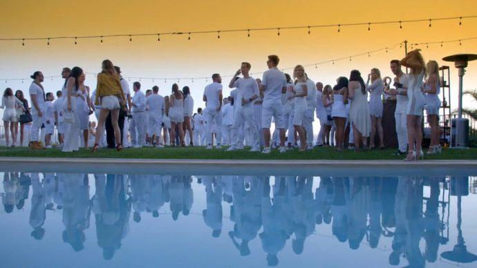 Las 15 Típicas Tradiciones de Fin de Año del mundo y la curiosa explicación a por qué tomamos Uvas en las campanadas
