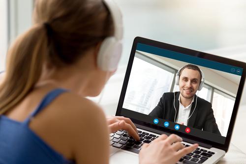 trucos para mantener la pasion en una relacion a distancia videoconferencia