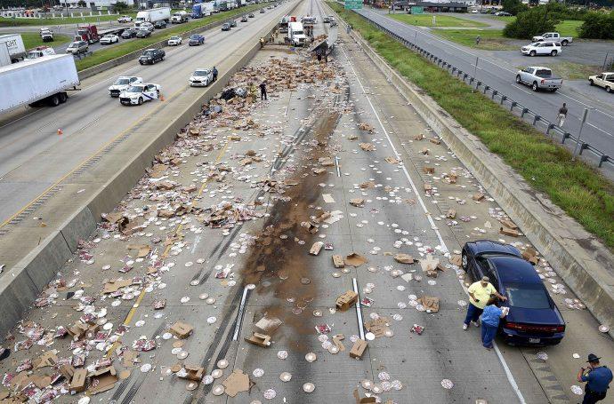 15 Imágenes de desastrosos accidentes que convirtieron la carretera en restaurantes de comida rápida