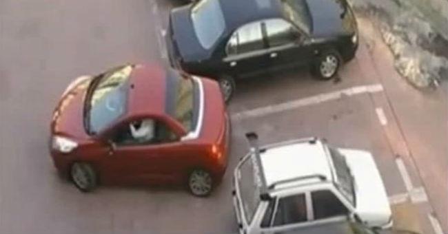 Un hombre se viraliza al recibir la mejor venganza tras robarle el aparcamiento a una mujer