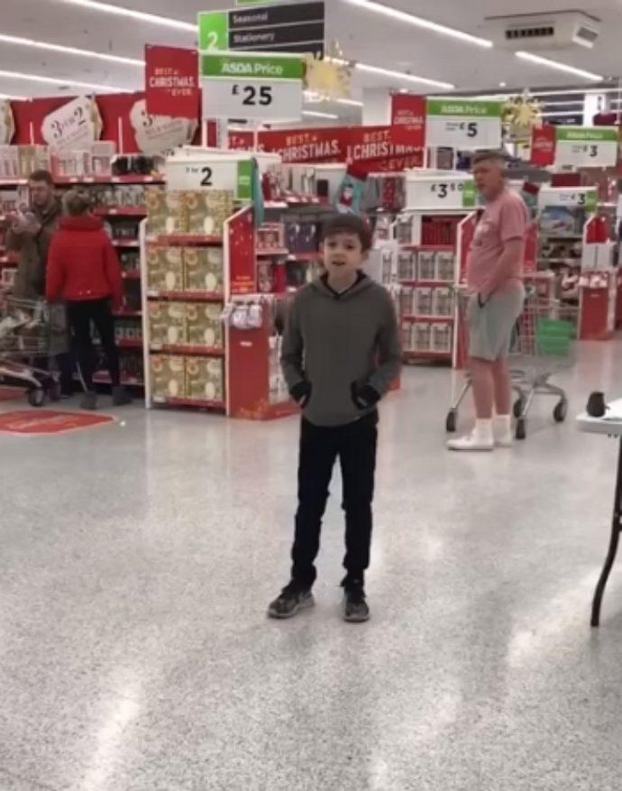Un niño de 10 años con autismo se hace viral tras superar sus miedos y empezar a cantar en mitad de una tienda
