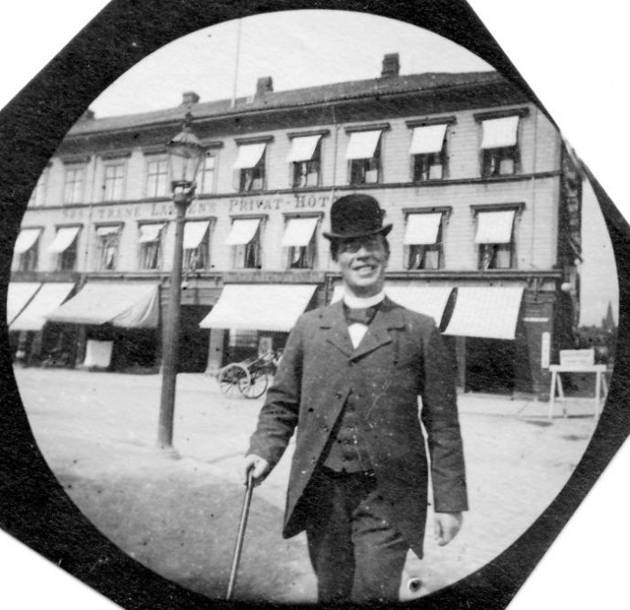 20 Imágenes del estudiante que espíaba a la gente con una cámara en la ropa y que han salido a la luz 100 años después