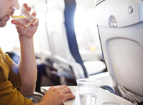 Una azafata confiesa a un periódico los motivos por los que no toman bebidas calientes en pleno vuelo