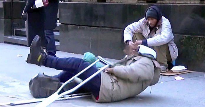 un hombre se cae al suelo experimento social banner