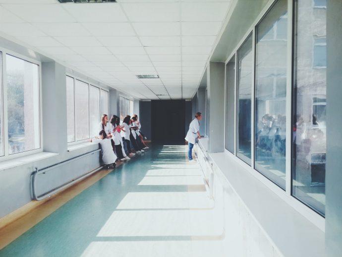 10 Cosas que jamás deberíamos hacer al visitar a alguien en el hospital