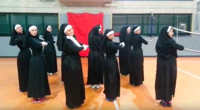 Graban en vídeo a 12 Monjas bailando zumba para mostrar lo rápidas que están sincronizadas