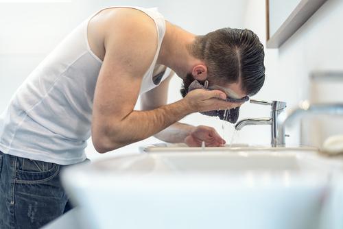 4 Errores que cometes antes de ir a dormir cada día que te hacen arrugarte más