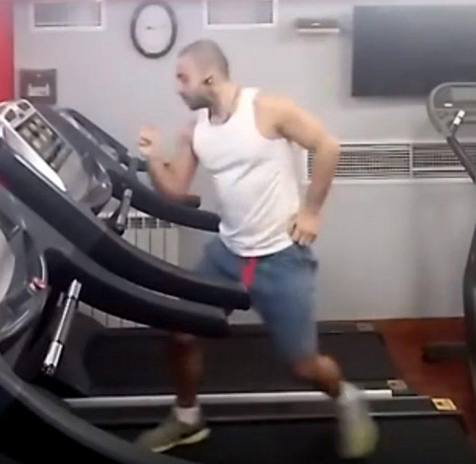 Un hombre triunfa en Internet al grabar su forma de entrenar en la cinta que ahora todos quieren imitar