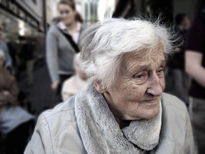 Las madres y abuelas podrían vivir mucho más tiempo gracias a nuestro comportamiento según un estudio