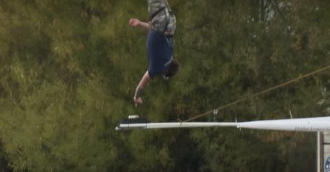 Un hombre se hace viral al saltar desde 73 metros para mojar su galleta en una taza y conseguir un Record Guinness