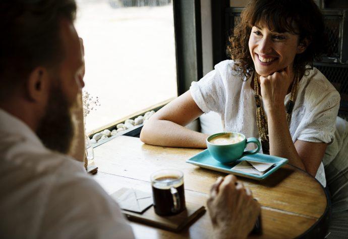 """7 Cosas que deberíamos preguntar en una primera cita para """"conquistar"""" a una persona en cuestión de segundos"""