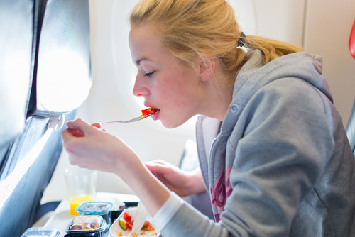 Una azafata de vuelos de 17 horas cuenta las razones por las que jamás deberíamos comer en el avión