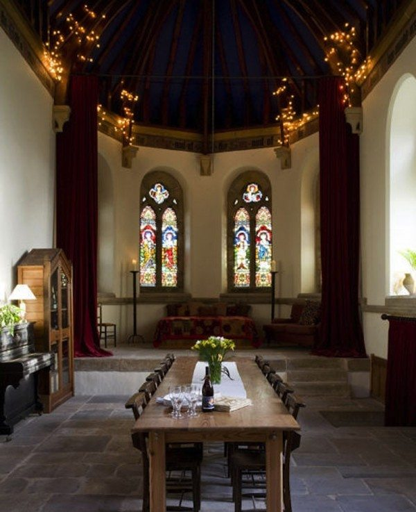 9 Imágenes del interior de la Iglesia que una pareja ha transformado para convertirla en su casa