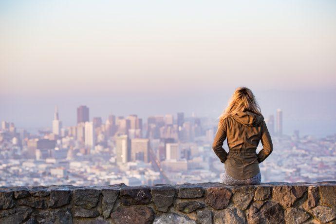 4 Razones por las que cada vez menos gente está abandonando su ciudad natal según los científicos